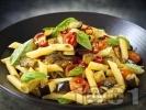 Рецепта Паста пене с патладжани, чери домати, босилек, чесън и лютива чушка